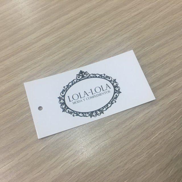 Etiqueta rectangular blanca con logo en tinta negra